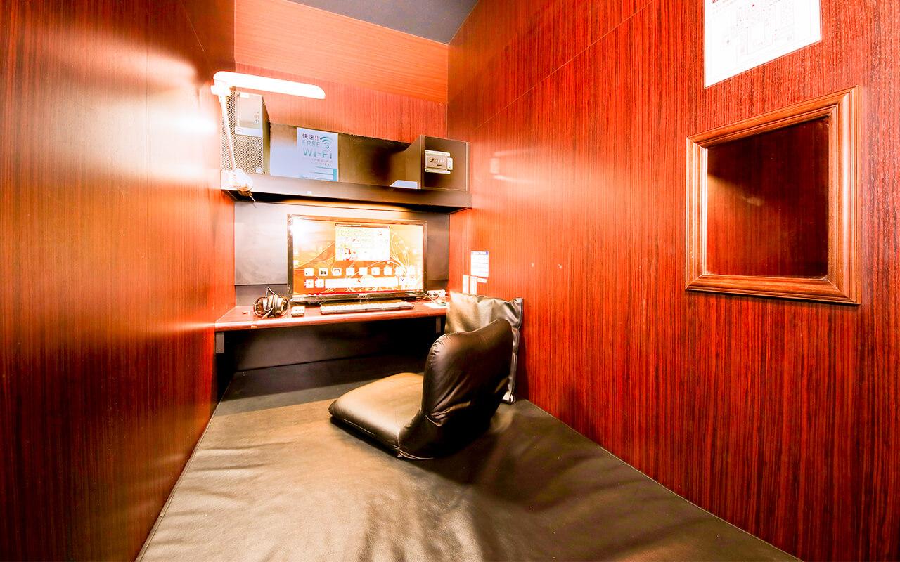 インターネットカフェ セミ個室ブース席